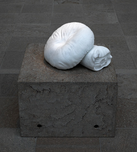 hand carved marble 14 x 18 x 20 inches (35 ½ x 45 ¾ x 50,8cm)